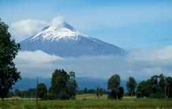 Villarica-Vulkan von der Straße lizenzfreies stockbild