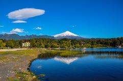 Вулкан Villarrica, осмотренный от Pucon, Чили Стоковое Изображение RF