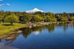 Villarrica vulkan som beskådas från Pucon, Chile Royaltyfri Fotografi