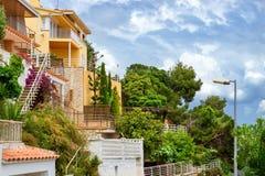 Villas dans le style espagnol de station de vacances Blanes, Catalogne Image libre de droits