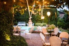 villaträdgård med det stora magnoliaträdet med att hänga för många lyktor fotografering för bildbyråer