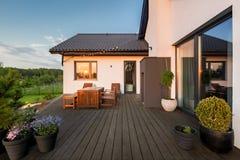 Villauteplats med dekorativa växter royaltyfri foto