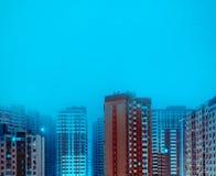 Ville-éclairage cyan de nuit Photo stock
