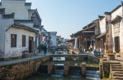 Ville antique chinoise de l'eau avec l'étape, la maison, la culture et la réflexion de tradition images libres de droits