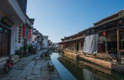 Ville antique chinoise de l'eau avec la rue, la maison, la culture et la réflexion de tradition photo stock