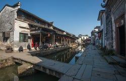 Ville antique chinoise de l'eau avec le pont, la maison, la culture et la réflexion de tradition image stock