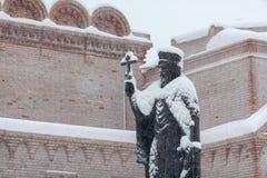Ville après tempête de neige : le monument de prince Vladimir couvert de neige Photographie stock