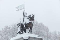 Ville après tempête de neige : le monument de prince Vladimir couvert de neige Photo libre de droits