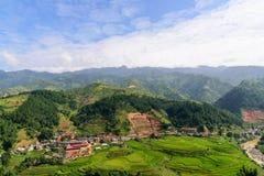 Ville arounded par la terrasse de riz Image stock