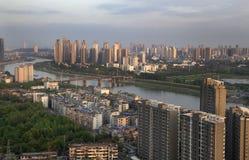 Ville au-dessus de rivière Images stock
