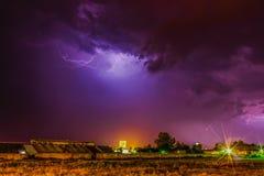 ville au-dessus de tonnerre de tempête Images libres de droits