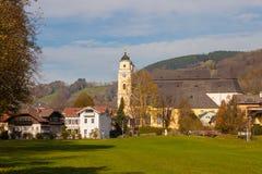 Ville autrichienne Mondsee et l'église collégiale de St Michael Photo stock
