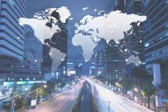 Ville avec la carte du monde et la canalisation de raccordement, mondialisation conceptuelle image stock