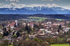 Ville bavaroise avec le vent de Foehn et les alpes Images libres de droits
