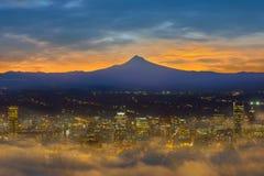 Ville brumeuse de Portland du centre à l'aube Etats-Unis Amérique Photos stock