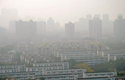 Ville brumeuse et serrée Photographie stock libre de droits
