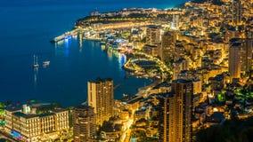Ville côtière avec en masse l'agglomération au crépuscule, illumination de nuit, laps de temps banque de vidéos