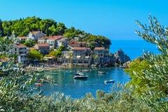 Ville côtière Petites vieilles maisons avec un toit carrelé près de la mer sur la montagne montenegro MER ADRIATIQUE images libres de droits