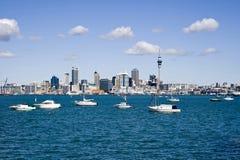 Ville CBD d'Auckland avec des bateaux Photographie stock libre de droits