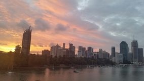 Ville CBD de Brisbane au coucher du soleil, Australie Photos stock
