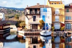 Ville colorée sur l'eau, port de Grimaud, ` Azur, franc de CÃ'te d Image stock