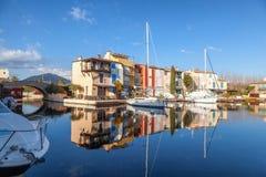 Ville colorée sur l'eau, port de Grimaud, ` Azur, franc de CÃ'te d Images stock