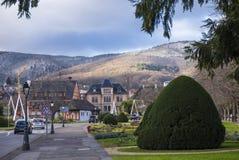 Ville confortable sur le fond des collines d'Alsace photographie stock libre de droits