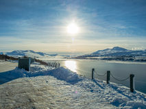 Ville couronnée de neige d'Akureyri de montagne pendant l'hiver Image stock