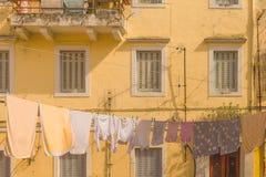 Ville d'île de Corfou, bâtiments de maisons d'allées, Grèce photographie stock