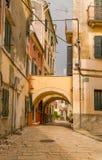 Ville d'île de Corfou, bâtiments de maisons d'allées, Grèce images libres de droits