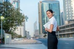 Ville d'affaires Sourire dans les affaires se tenant dans la rue dedans pour Photographie stock libre de droits