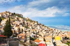 Ville d'Aidone en Sicile au printemps, l'Italie Image stock