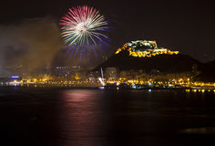 Ville d'Alicante par Night avec le sapin de vert bleu et de rouge Photo libre de droits