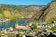 Ville d'Alken sur la rivière de la Moselle au Rhénanie-Palatinat, Allemagne photos stock