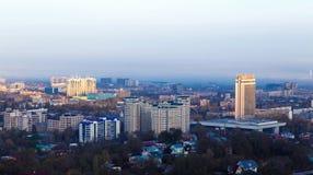 Ville d'Almaty pendant le matin images stock