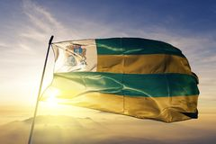 Ville d'Aracaju du tissu de tissu de textile de drapeau du Brésil ondulant sur le brouillard supérieur de brume de lever de solei illustration stock