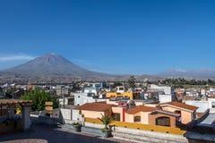 Ville d'Arequipa avec Misti Volcano sur le fond - Arequipa, Pérou Image libre de droits