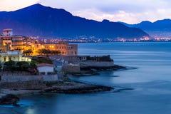 Ville d'Aspra près de Palerme à l'aube Photographie stock libre de droits