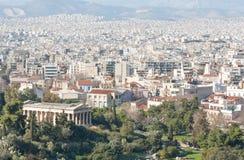 Ville d'Athènes avec des montagnes sur le fond Image stock