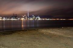 Ville d'Auckland à la première lumière. images stock