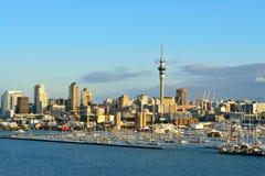 Ville d'Auckland et marina occidentale de port comme vu du pont de port Foyer s?lectif photo stock