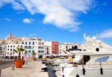 Ville d'Eivissa Ibiza avec l'église sous le ciel bleu Photographie stock libre de droits