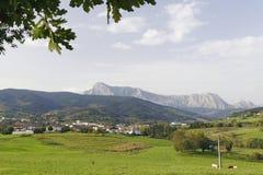 Ville d'Elorrio et montagne d'Anboto Images stock