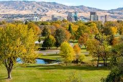 Ville d'horizon d'arbres avec des arbres d'automne Images libres de droits