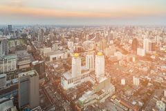 Ville d'horizon du centre d'affaires centrales de Bangkok avec le ton de coucher du soleil Photos libres de droits