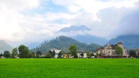 Ville d'Interlaken entourée par les crêtes de montagne célèbres Image stock