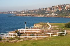 Ville d'Oceanside sur la colline, et paysage pittoresque et étonnant avec l'herbe et les barrières en bois blanches sur la falais photo stock
