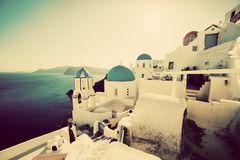 Ville d'Oia sur l'île de Santorini, Grèce au coucher du soleil cru Image libre de droits