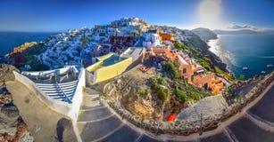 Ville d'Oia sur l'île de Santorini, Grèce Maisons et églises traditionnelles et célèbres avec les dômes bleus au-dessus de la cal Photo libre de droits