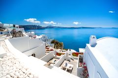 Ville d'Oia sur l'île de Santorini, Grèce Maisons et églises traditionnelles et célèbres avec les dômes bleus au-dessus de la cal images stock